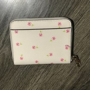 35cf88f75464 Coach Bags - COACH Small Zip Around Wallet Daisy Bundle Print
